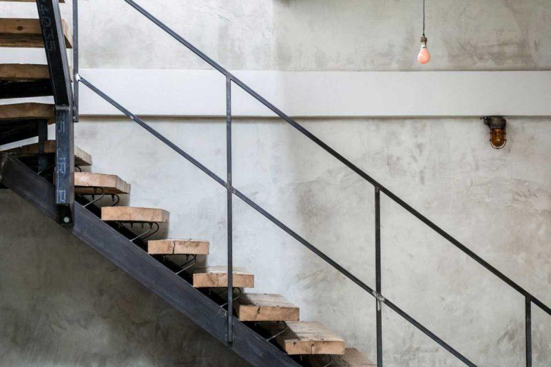 Escalier en métal avec marches en bastaings aspect brut