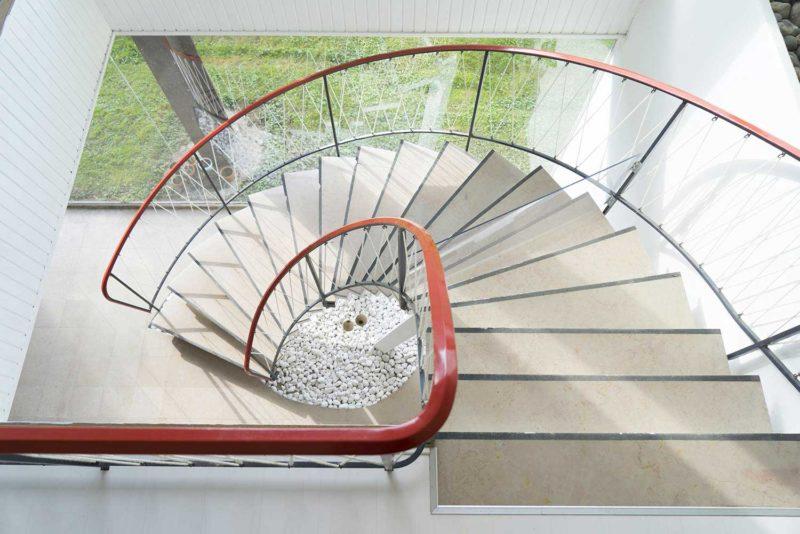Escalier tournant avec garde corps en corde