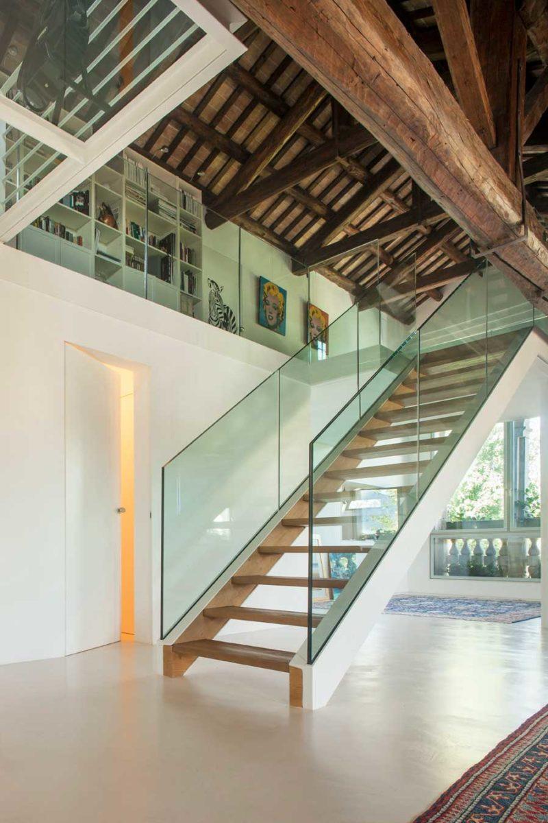 Escalier avec garde corps en verre