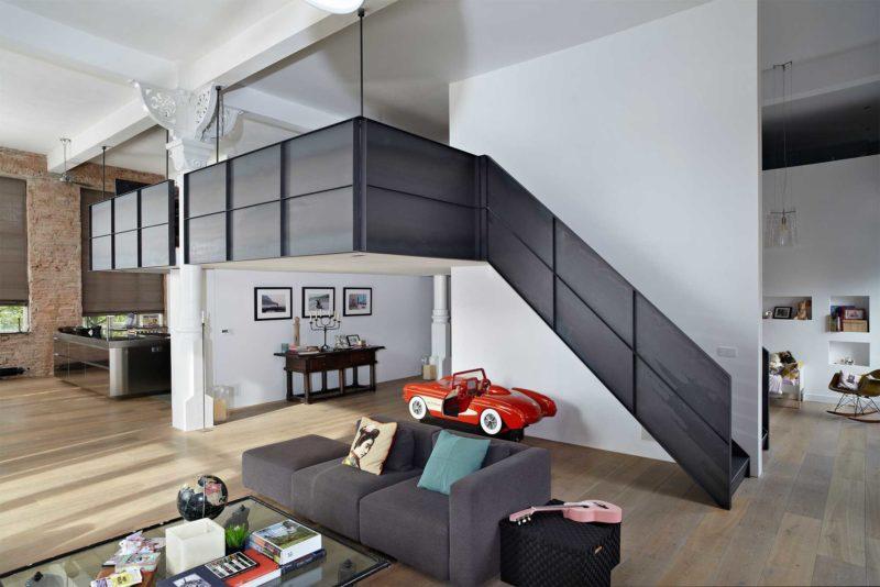 Escalier en métal noir avec garde corps plein