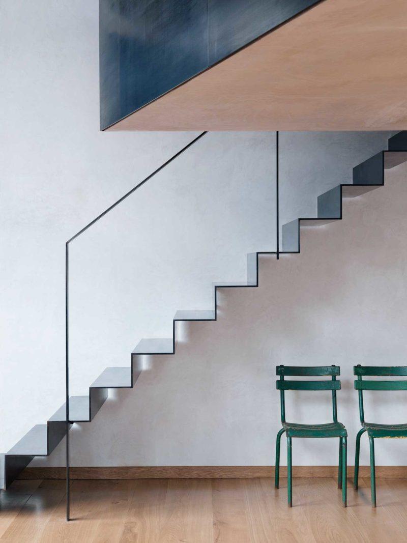 Escalier noir en acier plié