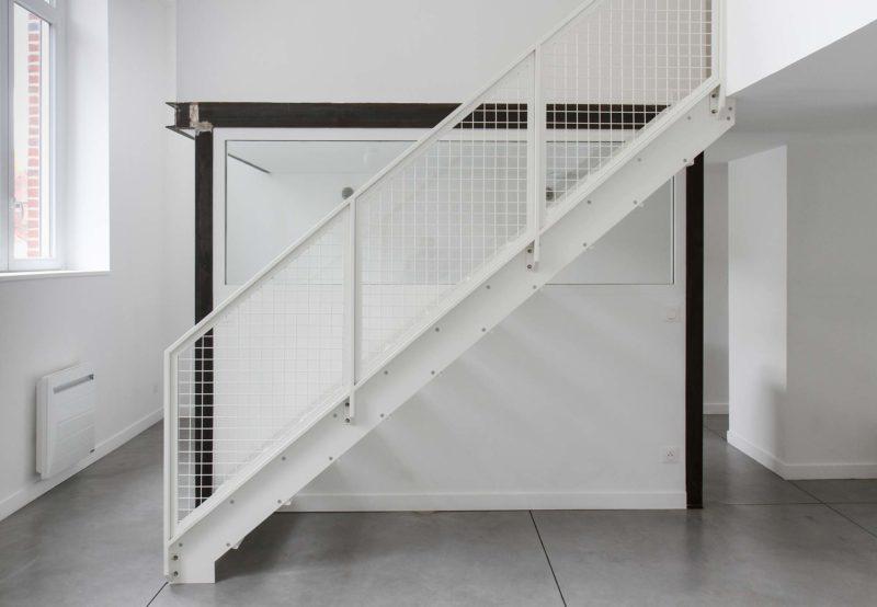Escalier blanc en tôle larmée et garde corps grillage