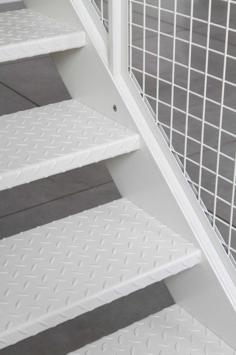 Escalier en tôle larmée avec peinture epoxy blanche