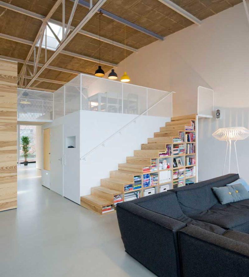 Étagère cube sous un escalier
