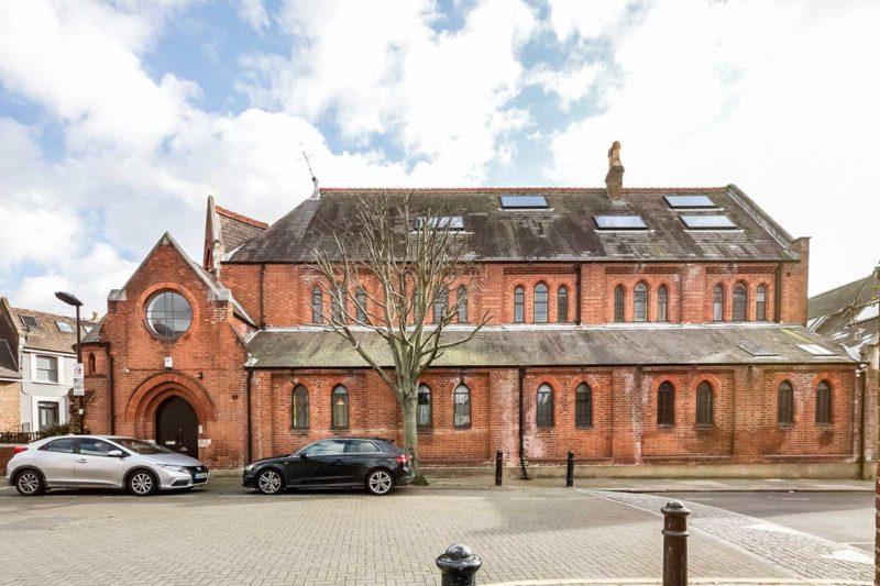 Eglise gothique en brique transformée en habitation