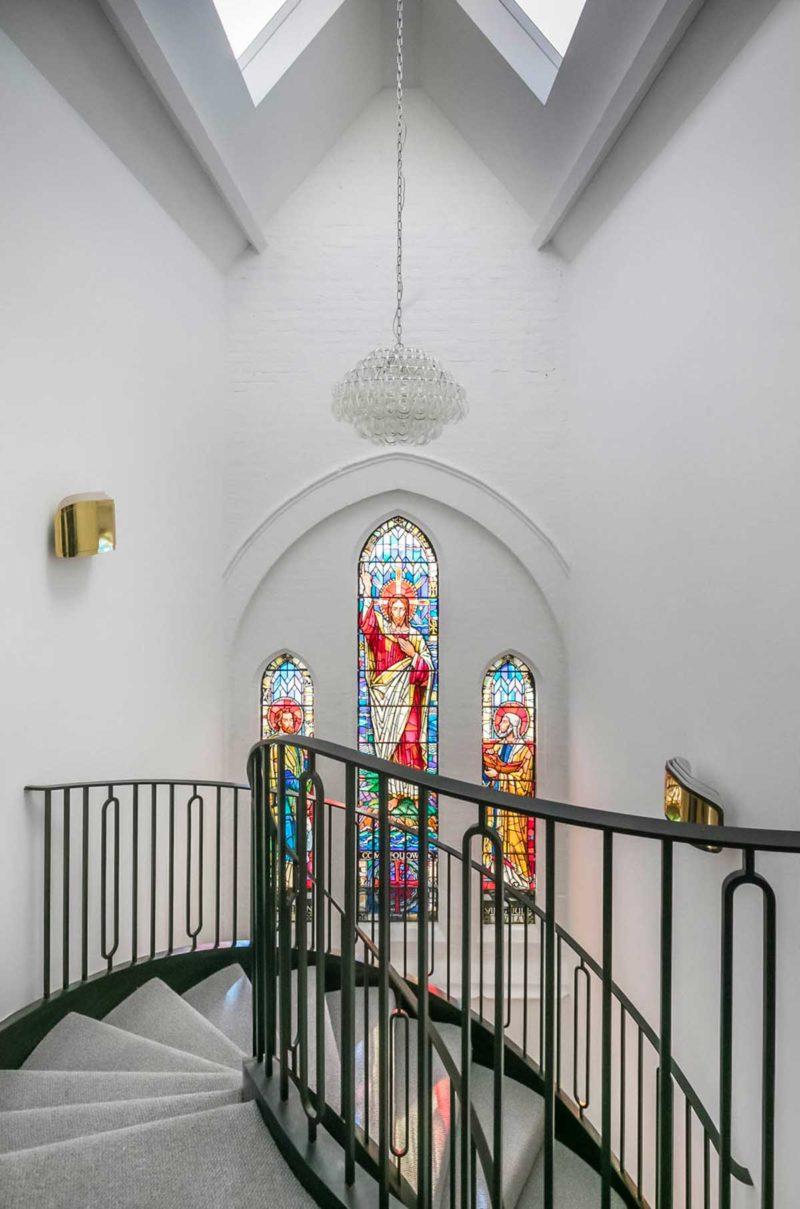 Vitraux du loft dans une église