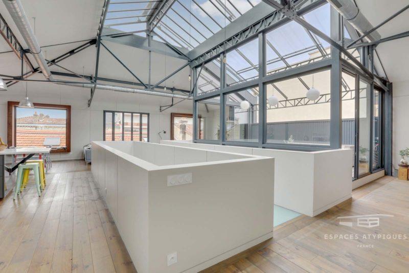 Loft industriel avec toit verrière