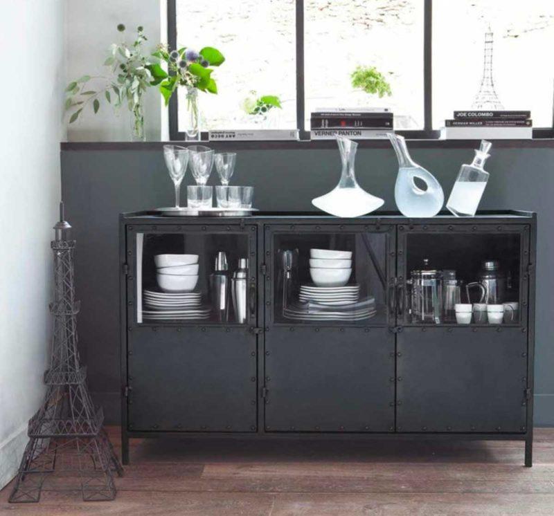 Buffet industriel en métal noir avec portes vitrées