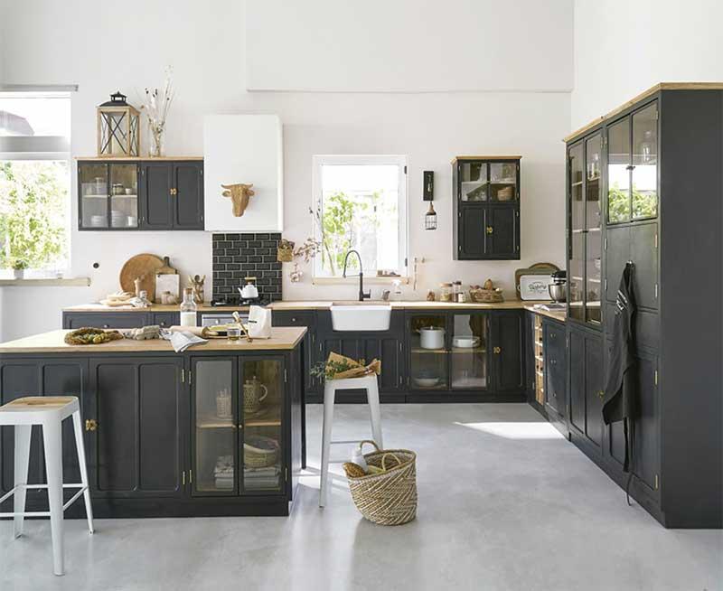 Cuisine noire style maison de famille