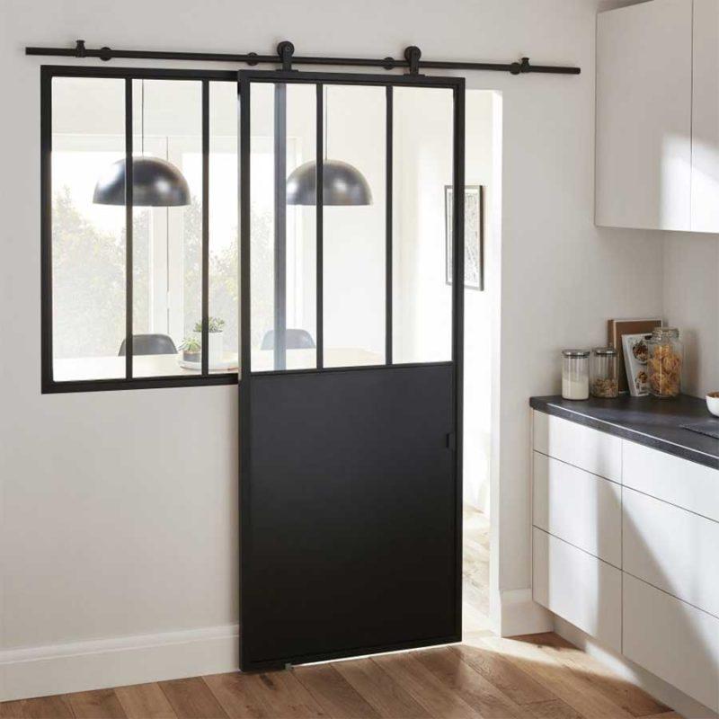 Porte coulissante et verrière d'atelier dans une cuisine