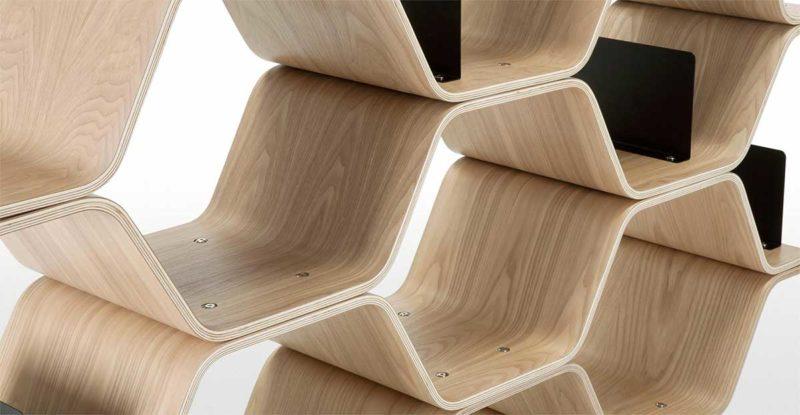 Bibliothèque à la forme originale en bois