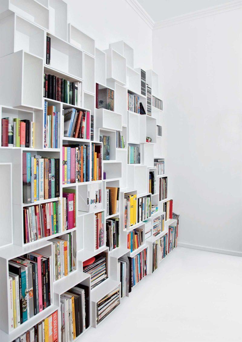 Bibliothèque au design original blanche avec des cubes