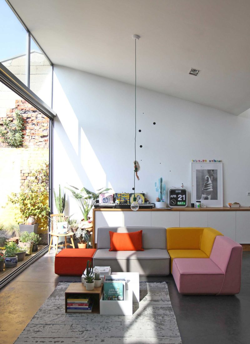 Canapé modulable coloré dans un loft