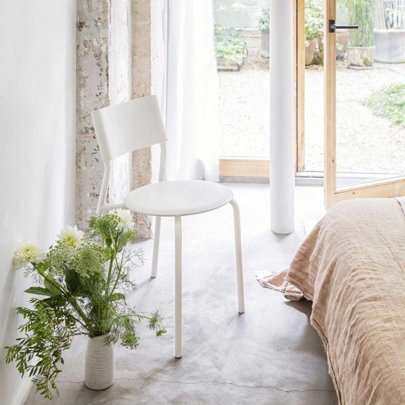 Chaise blanche en plastique recyclé