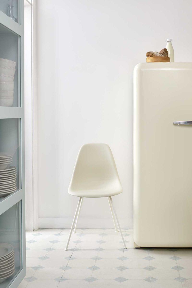 Chaise Eames design en plastique blanc