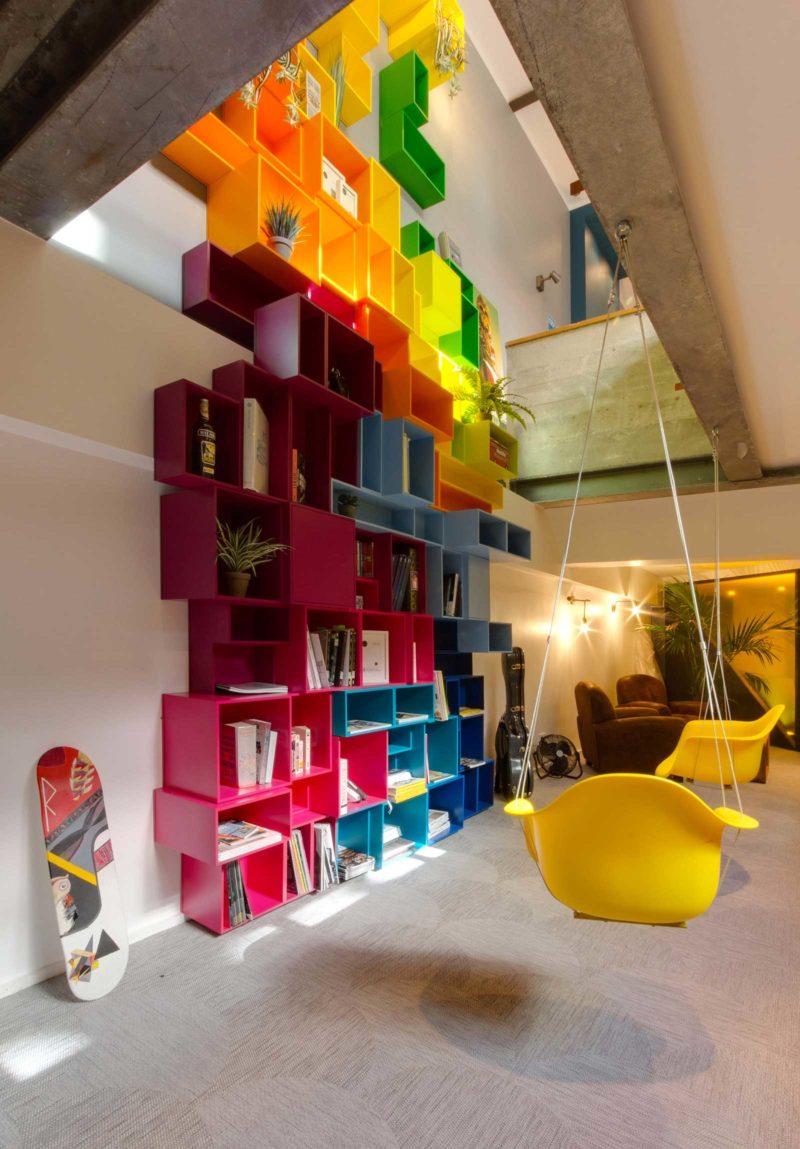 Grande bibliothèque originale avec des cubes de couleur