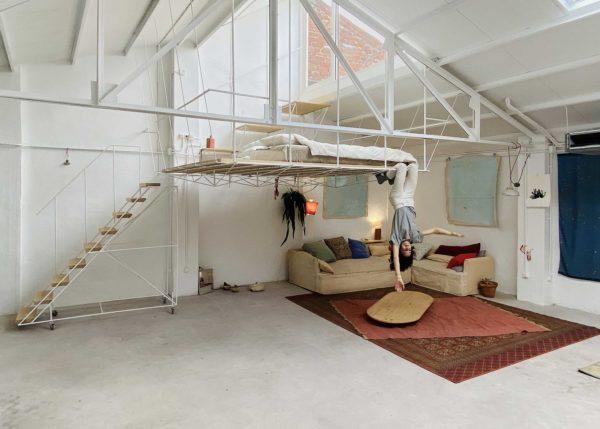 Mezzanine suspendue dans un loft