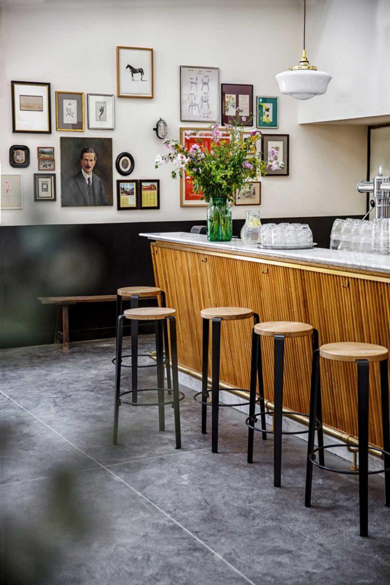 Tabouret de bar design en métal noir et bois