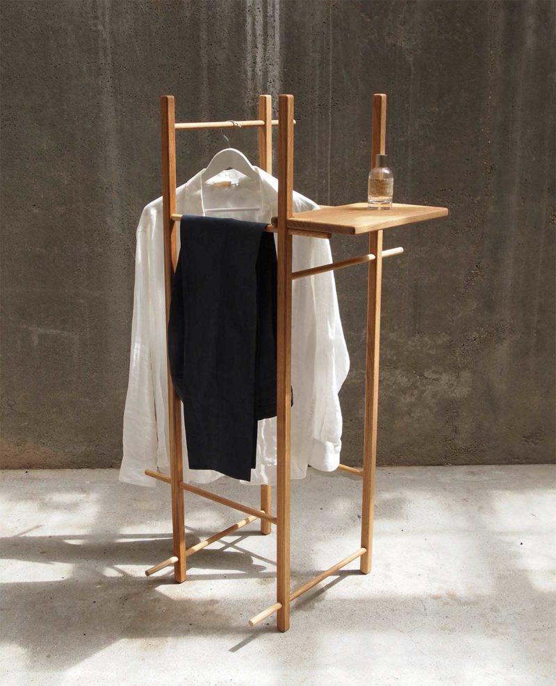 Valet de chambre minimaliste avec étagère