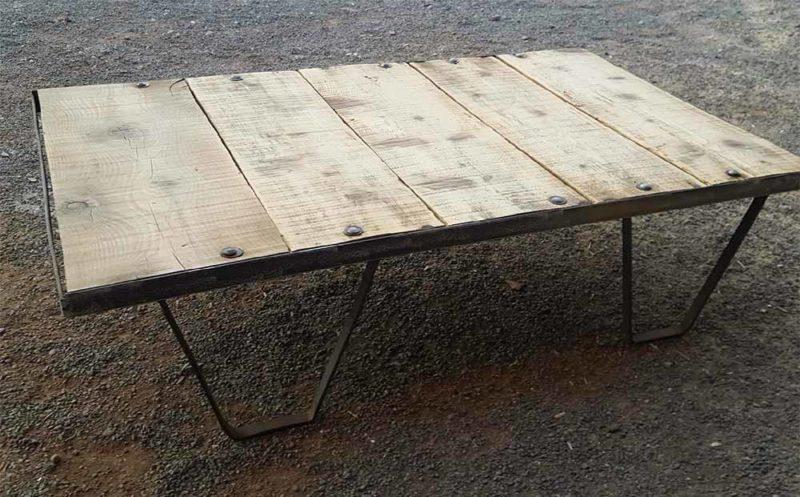 Palette ancienne utilisée en table basse