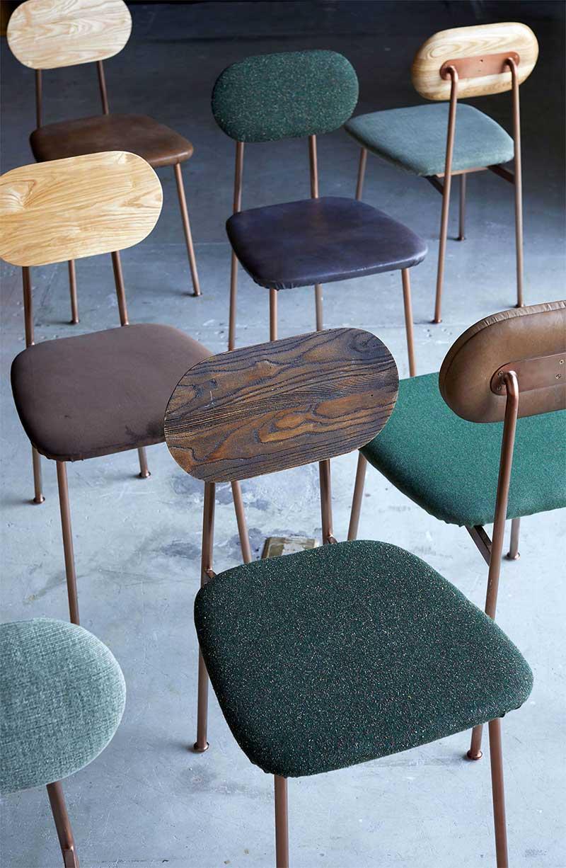 Chaise avec assise en tissu et dossier en bois