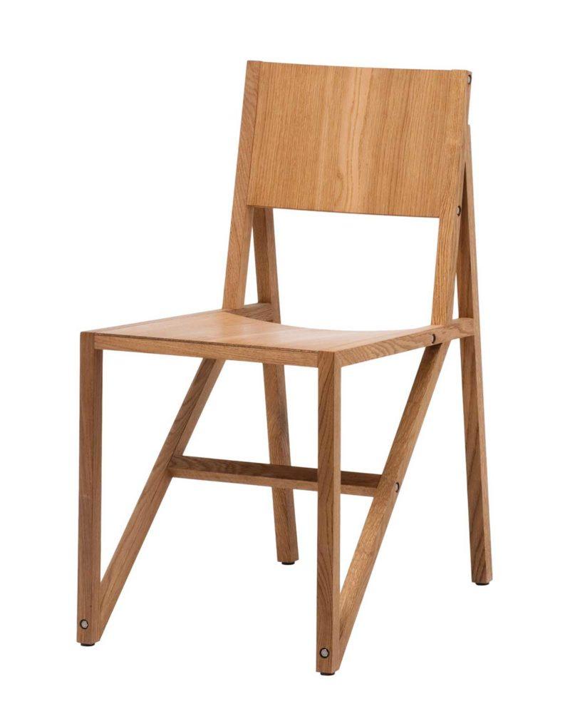 Chaise en bois rappelant une charpente