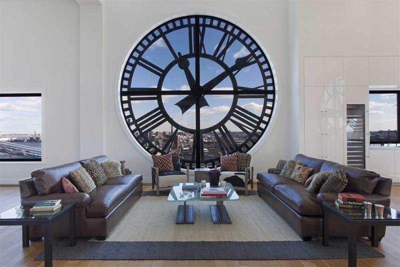 Loft avec horloge géante en déco