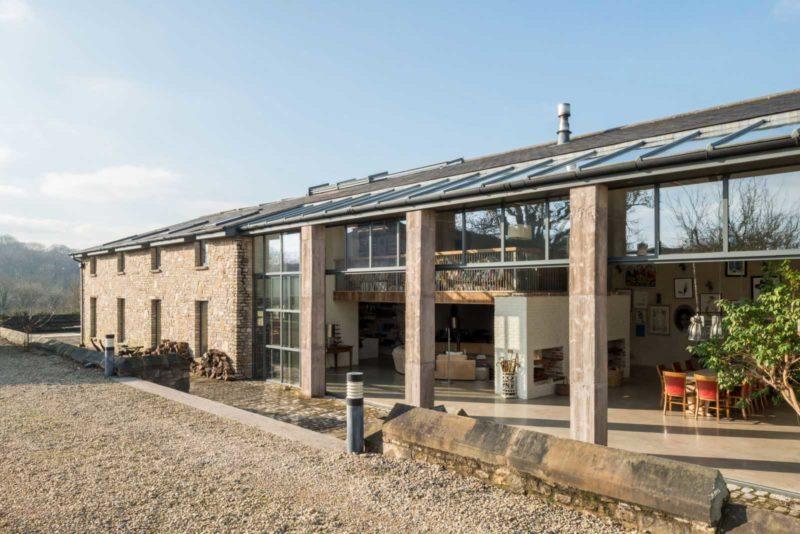 Ancienne grange transformée en habitation avec façade qui s'ouvre entièrement