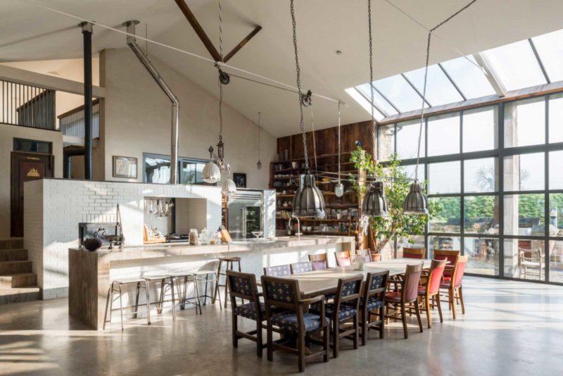Loft avec une grande hauteur sous plafond