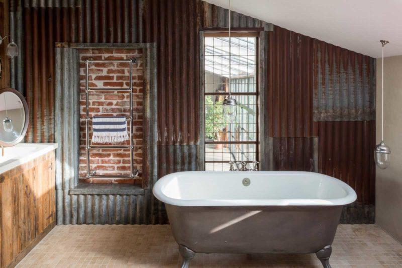 Salle de bains industrielle avec murs en bardage tôle ondulée
