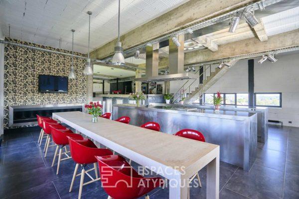 Salle à manger avec chaises design rouge