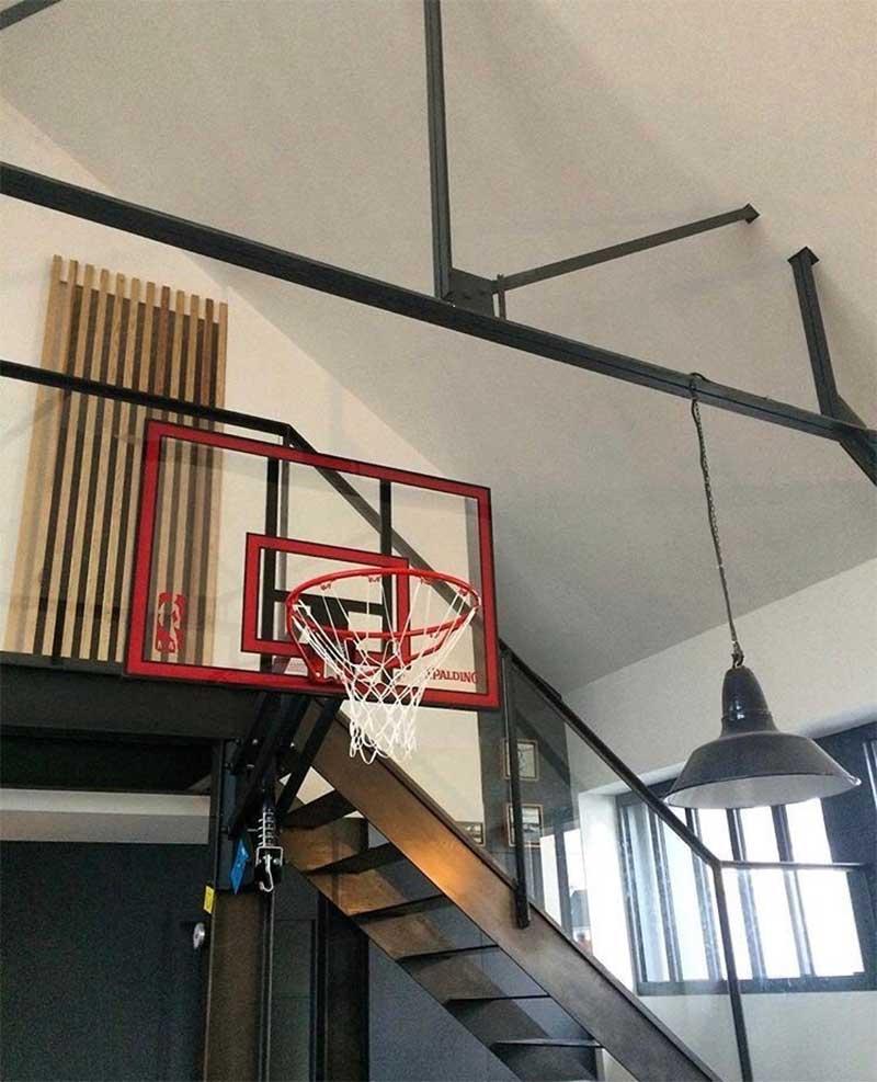 Panier de basket en déco dans un loft
