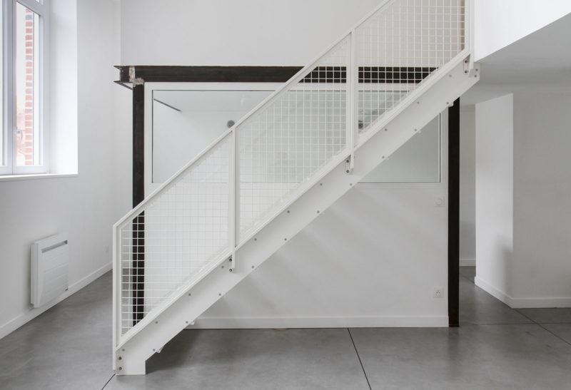 Escalier industriel blanc