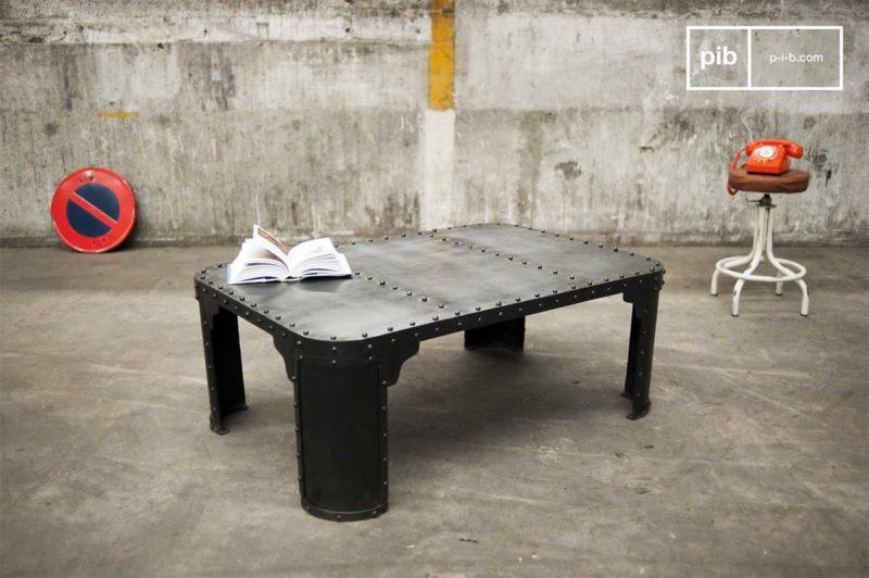 Table basse industrielle en métal avec rivets