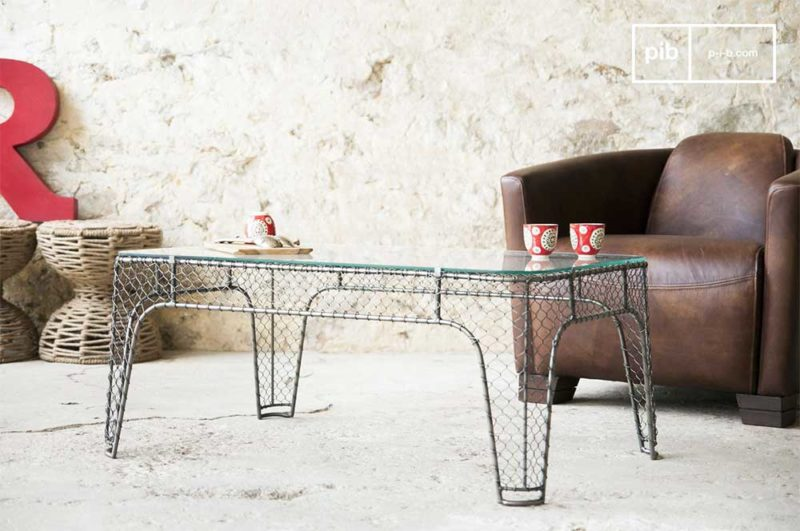Table basse style industriel en métal et grillage et plateau en verre