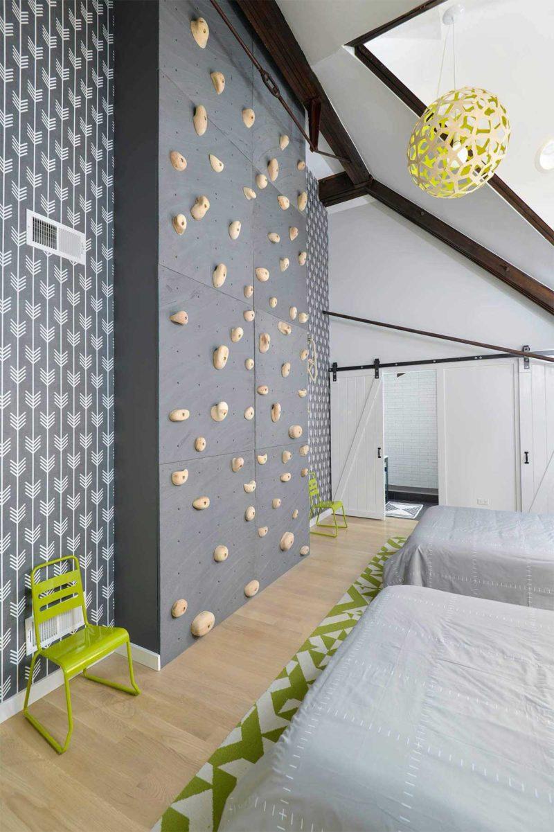 Un mur d'escalade dans une chambre