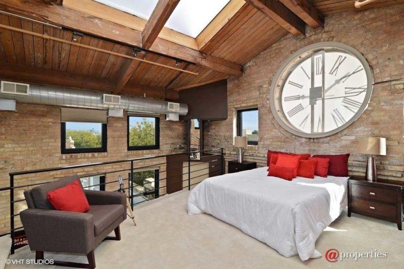 Une horloge géante dans un loft