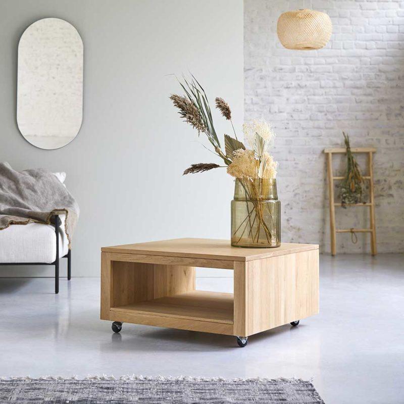 Table basse carrée en chêne à roulettes