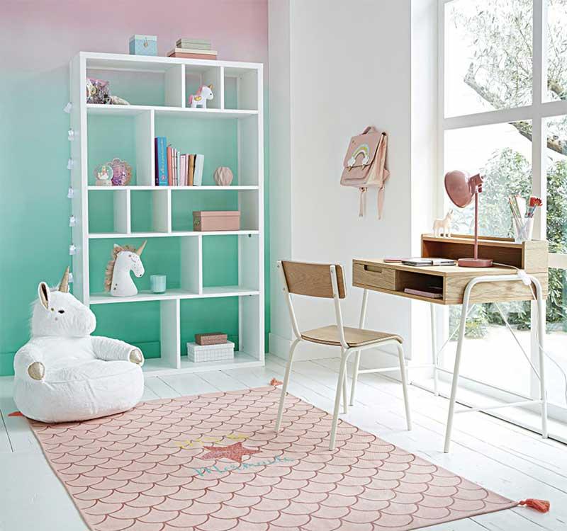 Bibliothèque blanche pour une chambre d'enfant