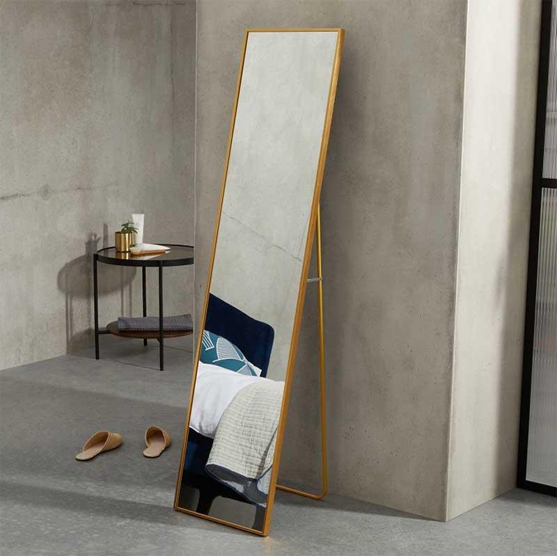 Grand miroir sur pied avec finition laiton