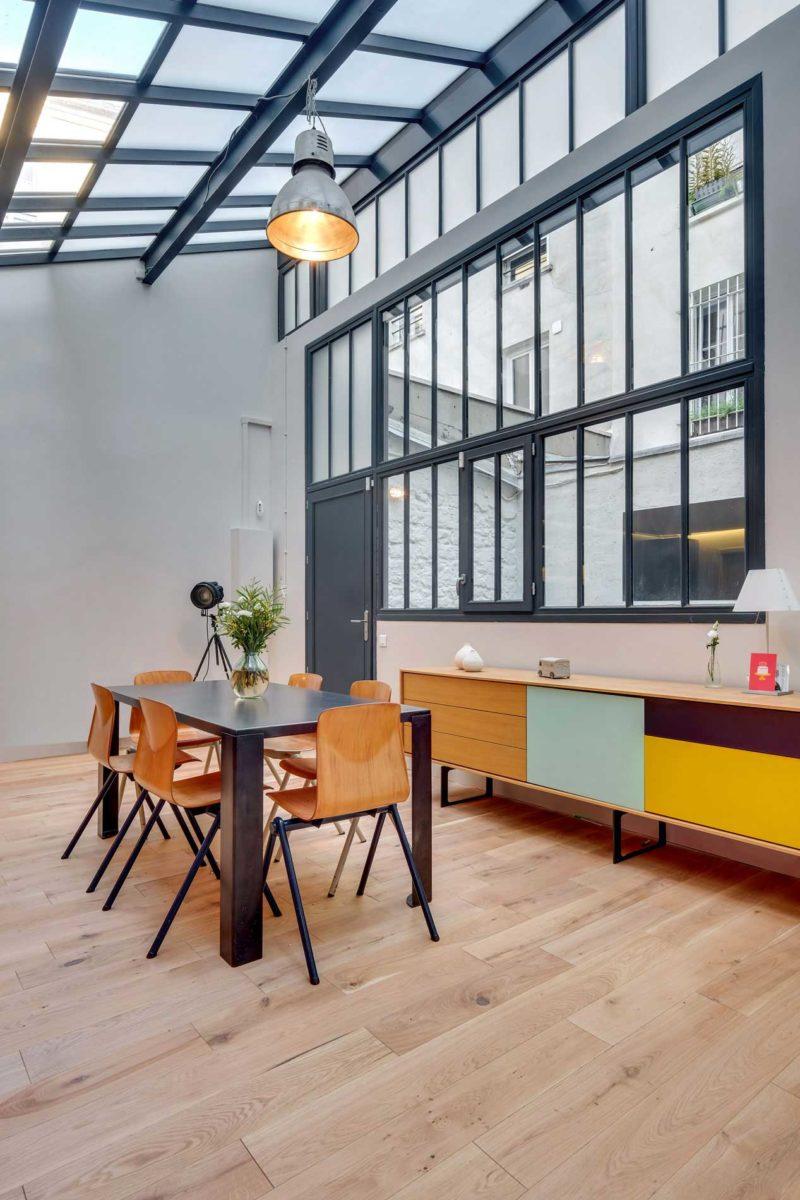 Loft coloré avec verrière