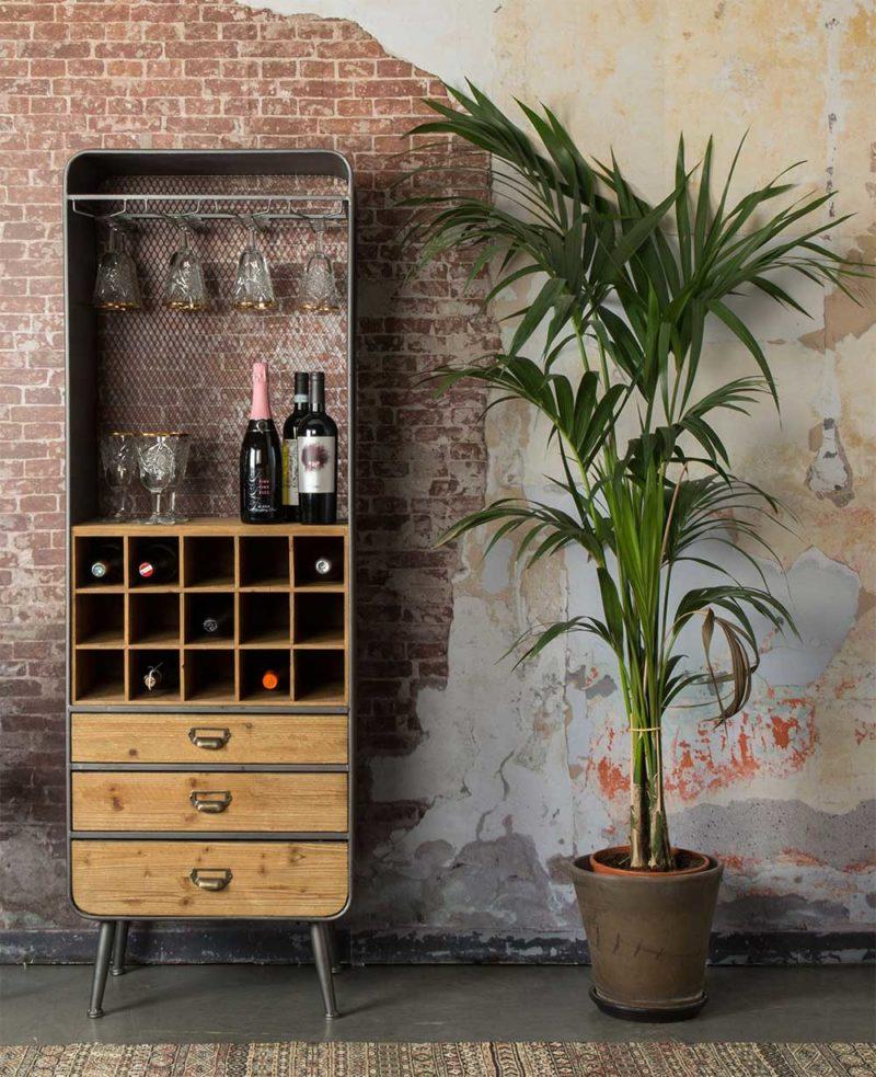 Meuble bar pour bouteilles de vin dans une déco industrielle