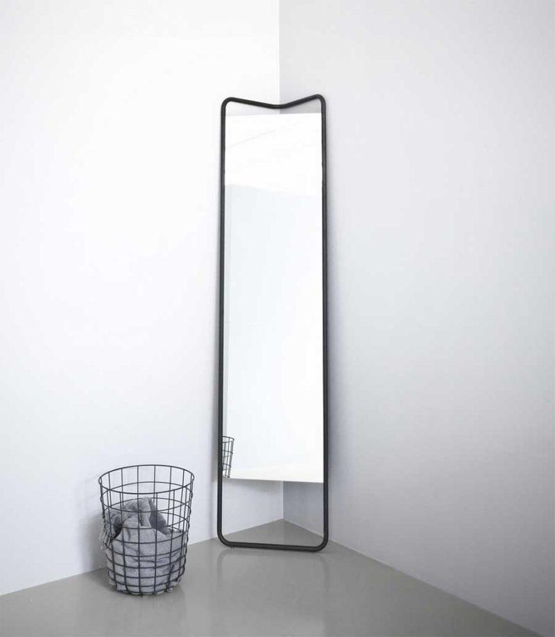 Grand miroir sur pied dans un angle