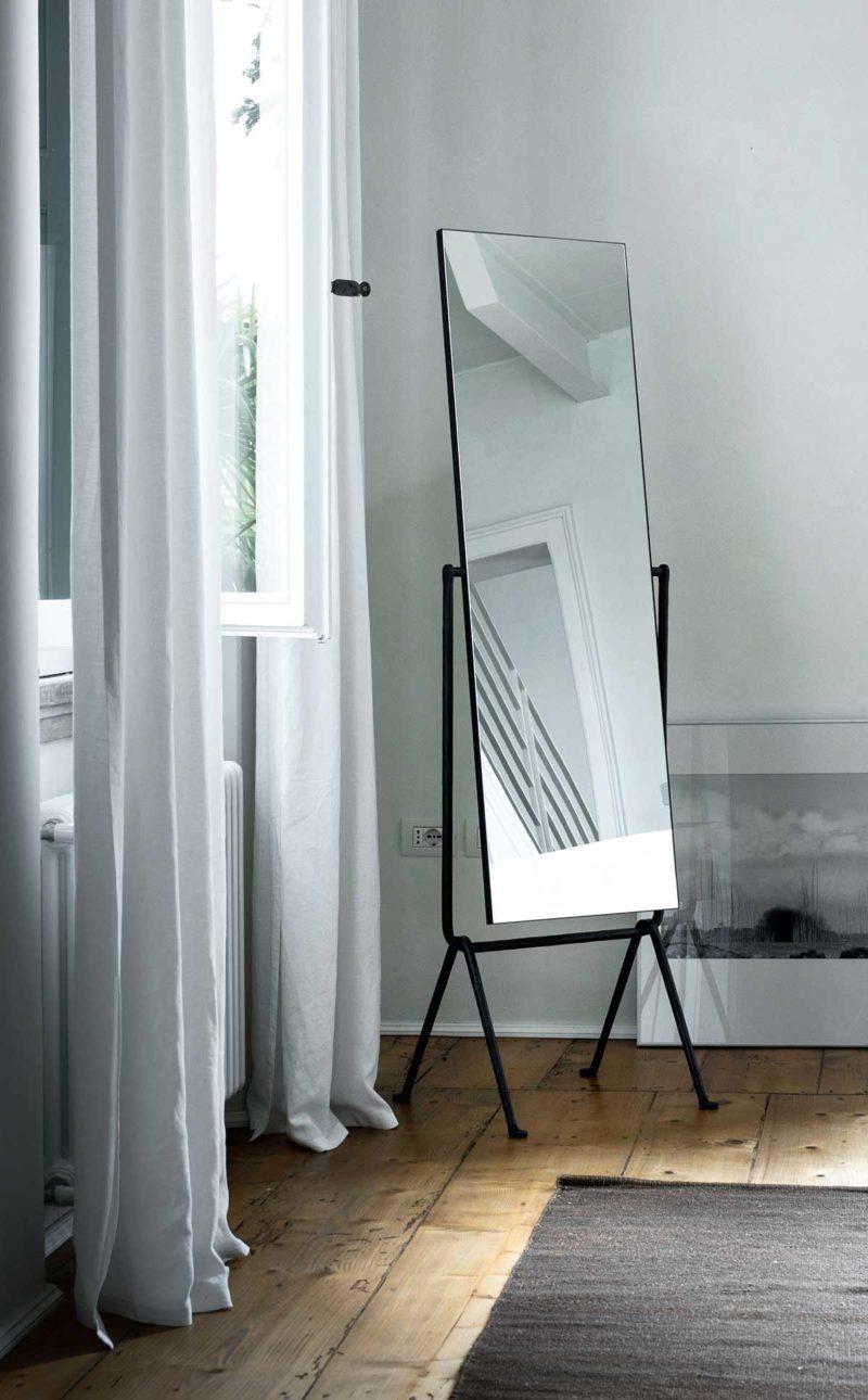 Miroir sur pied inclinable en métal