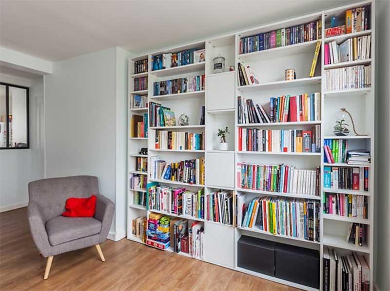 Niche aménagée avec une grande bibliothèque sur mesure