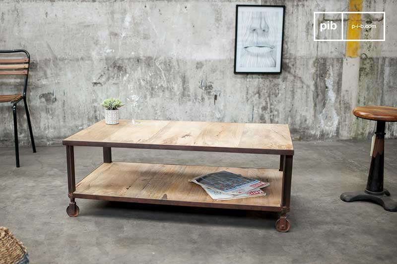 Table basse à roulettes de style industriel en bois et métal rouillé