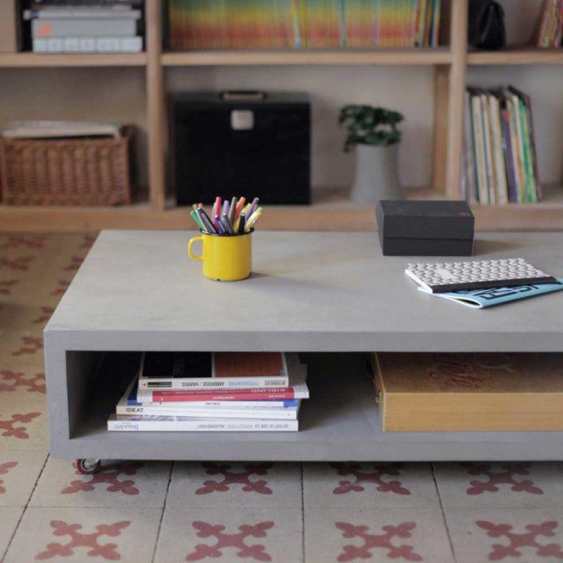 Table basse en béton avec de petites roulettes