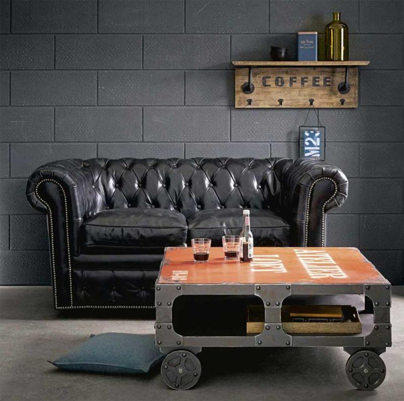 Table basse en métal avec des roues