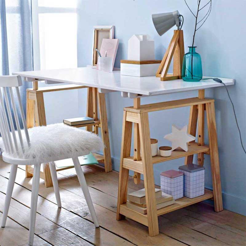 Bureau avec tréteaux en bois et plateau blanc