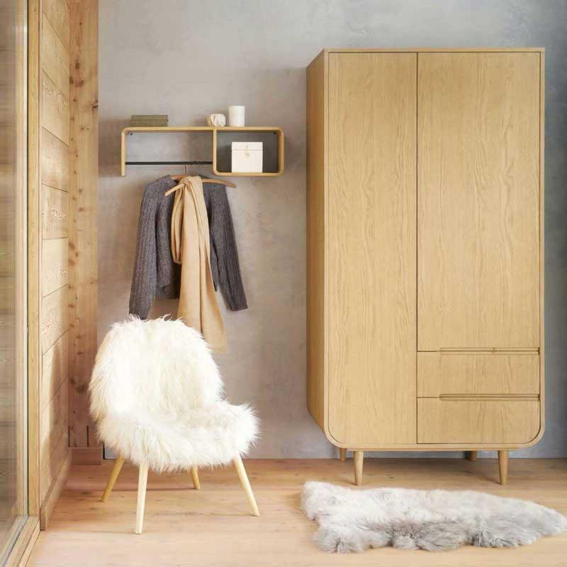 Petit fauteuil scandinave en fausse fourrure blanche